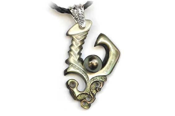 Hook pendant in nacre and pearl
