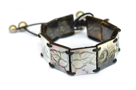 "Bracelet with engraved nacre ""Poemiti"""