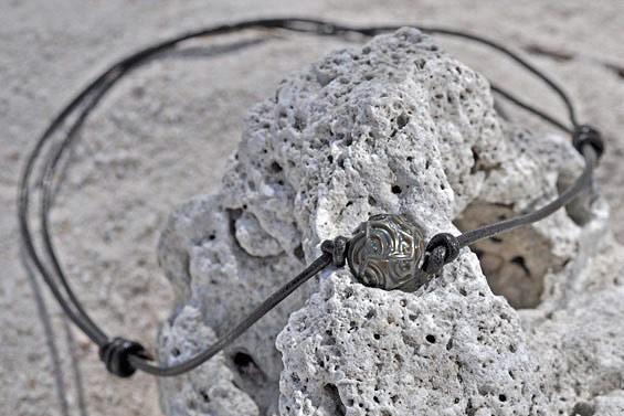 Collier cuir et perle gravée